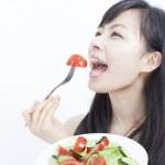 サラダを食べる女の子