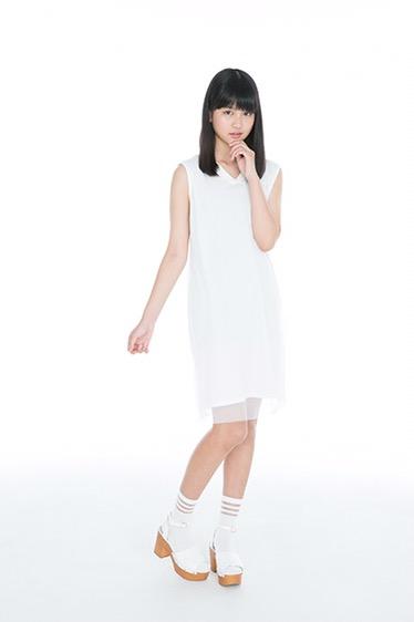 白いワンピースの中村麗乃