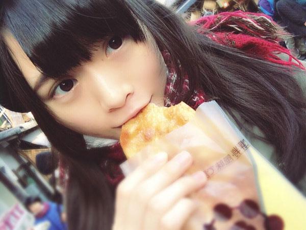 おせんべいを食べる山崎怜奈